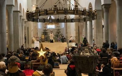 Bischof feiert Gottesdienst mit Sternsingern